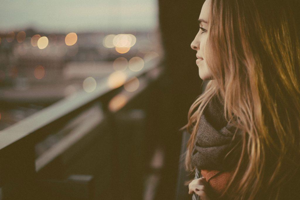 La inteligencia emocional te ayuda en tu bienestar emocional.