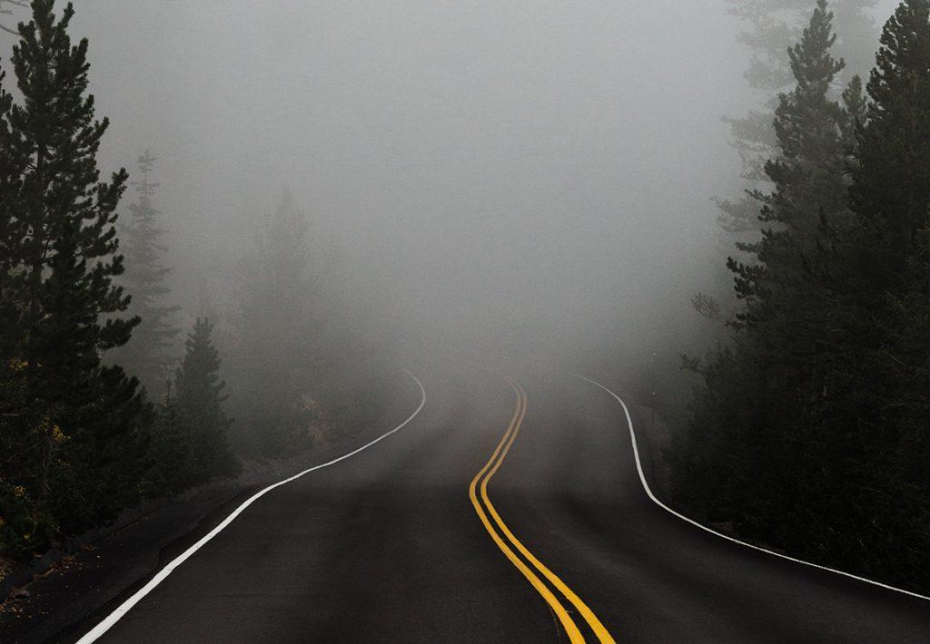 Una carretera llena de incertidumbre y niebla